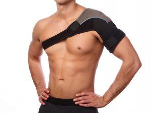 Mann mit Schulterbandage