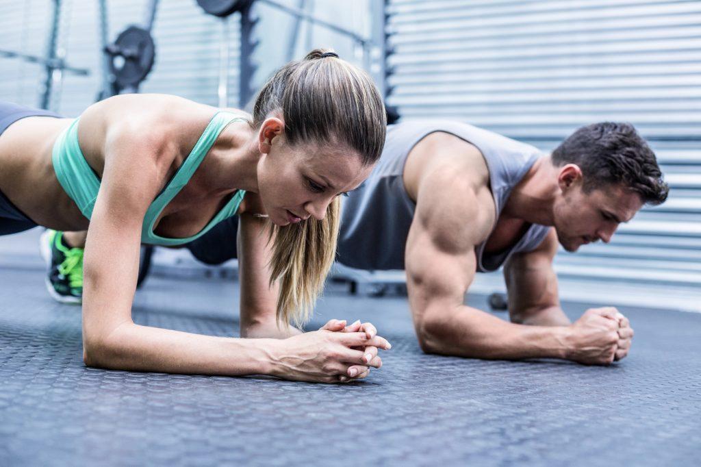 Paar bei einer Planking Übung